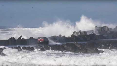 Nissan Drives on Bay and Gets Caught in High Waves