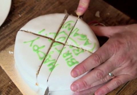 How to Cut A Cake and Preserve It Longer